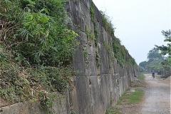 胡朝の城塞 東側壁面に沿って