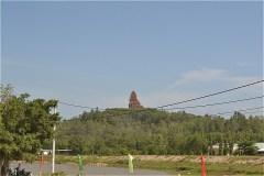 銀塔 Banh It Tower (Tháp Bánh Ít) が見えてきた