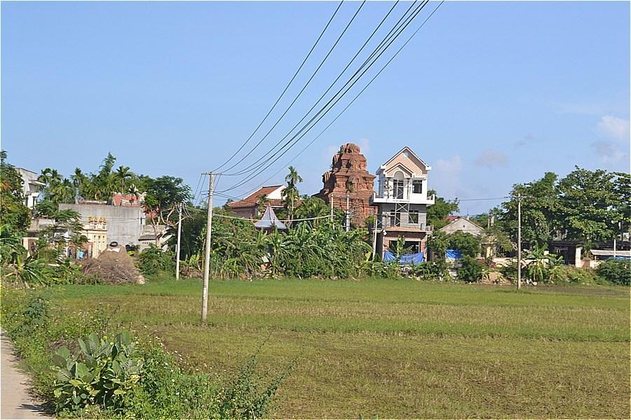 ビンラム塔(Tháp Bình Lâm)にちかづく
