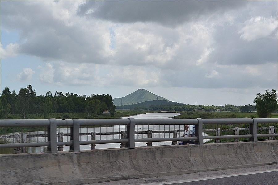 遠くの丘に見えるのは、金塔の近くの小山