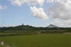 金塔と近くの小山に近づいてきた