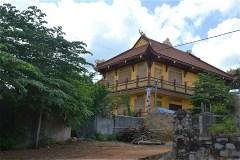 お寺があって、金塔は近い