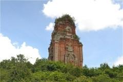 懐かしく、存在感に圧倒されるようやく金塔  (Tháp Phú Lốc)