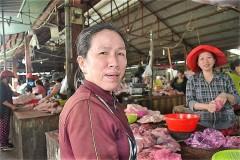 コントゥム市路上マーケットで働く人とお客さん