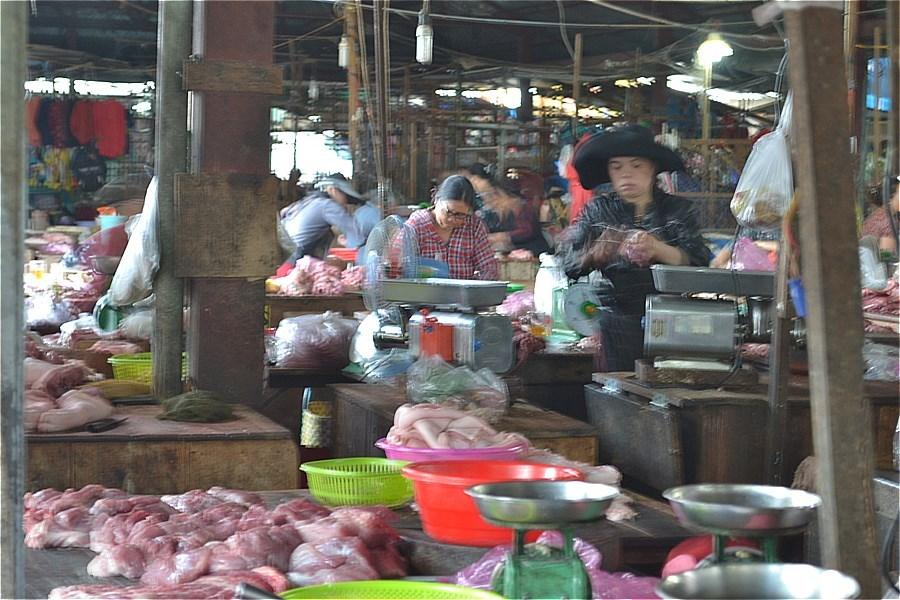 コントゥム市路上マーケットで売っている肉類