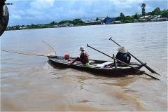 メコン川支流ハウ川を行き交う船