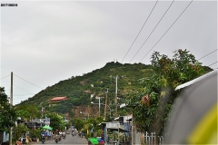 正面サム山の中腹左手に、めざす福田寺がある