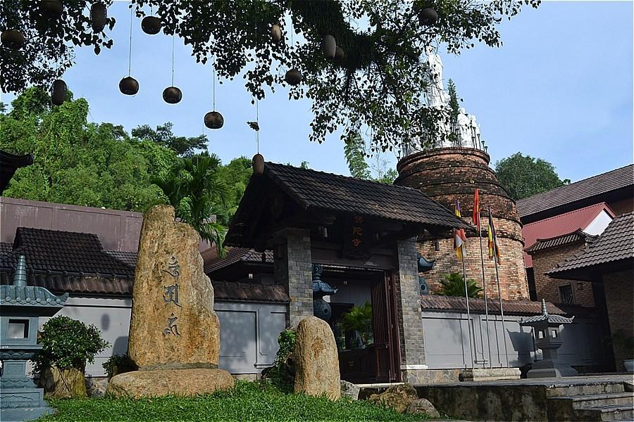 Buddha temple (Chùa Phật Đà; chùa Lò Gạch)