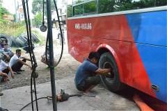 Ba Hon長距離バスステーションを出発して7kmぐらいのところで、修理(QL80)