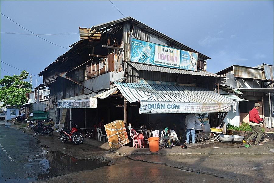 カマウ市のカマウ岬行きボート発着場前の食堂 Quán Cơm Yến Hùng