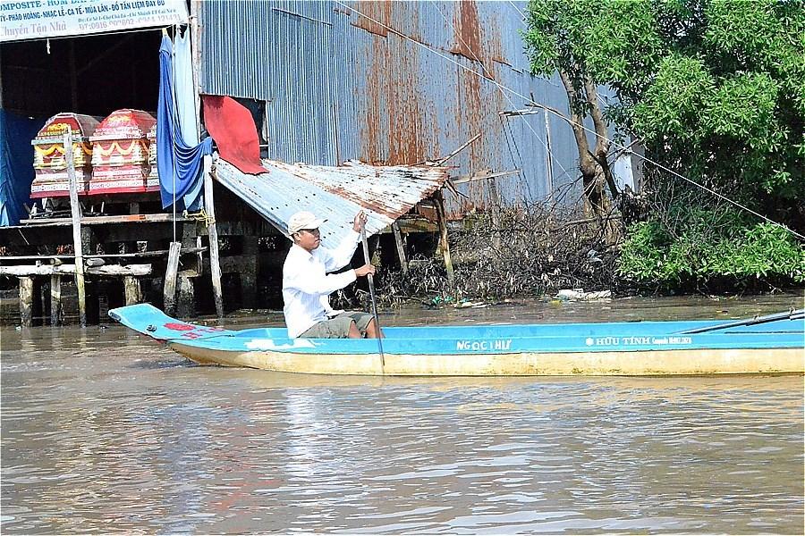 近所へは手漕ぎボート? 流れが弱いのかな。