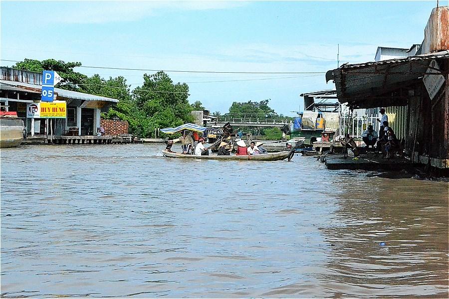 ガンハオ川に合流する運河を渡るフェリー