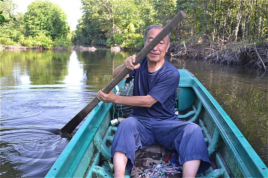 ホームステイ先の池でボート遊び