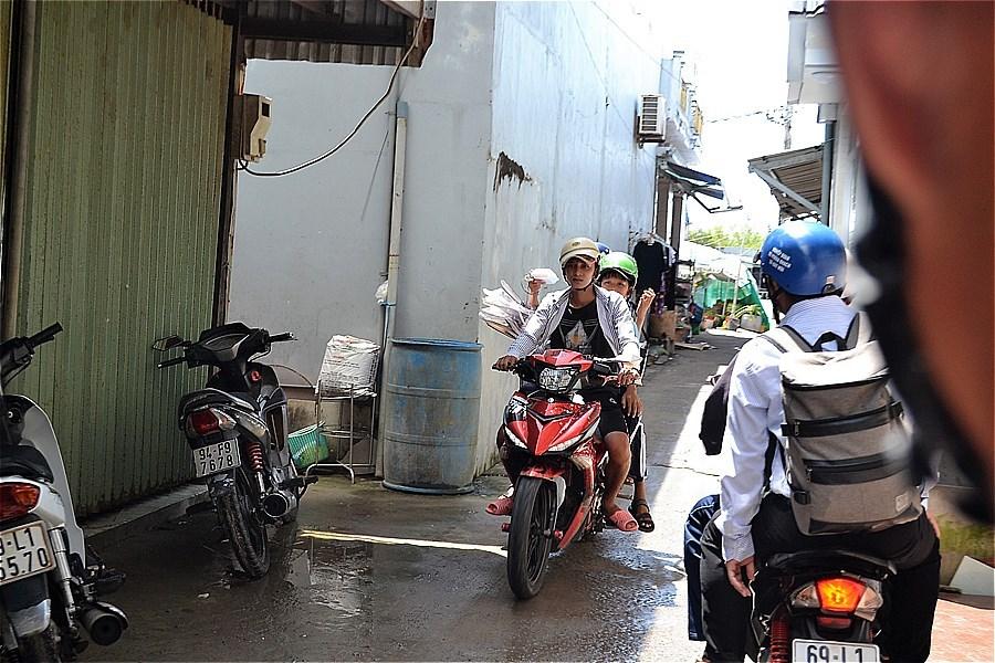 4.5km離れたĐất Mũi 舟着き場へバイクタクシーで向かう