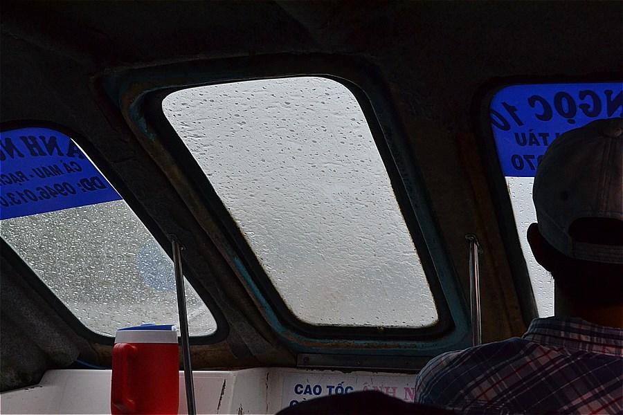 大雨で、前方がよく見えない