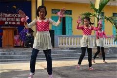 チャットビン中学交流会で、生徒たちがダンスを披露