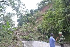 夜中の大雨で、道路が寸断。各所で、土砂崩れ