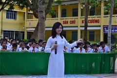 ヴォ・ティ・サゥ高校女子学生による歓迎の歌とダンス